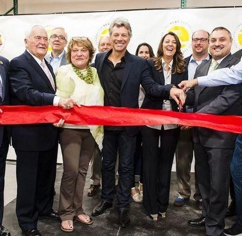 Bon Jovi inaugura un nuovo ristorante nel New Jersey: per i poveri è gratis