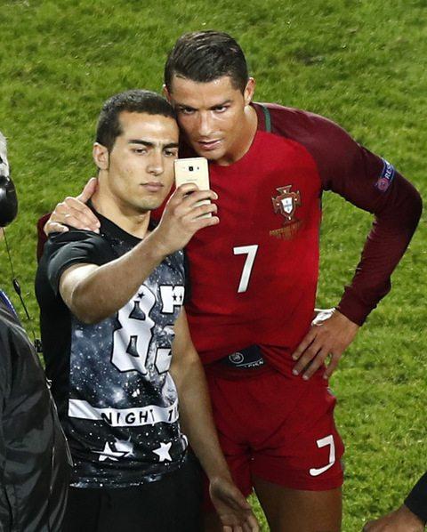 Euro 2016: tifoso irrompe in campo e si fa un selfie con Ronaldo, lui lo difende dagli steward